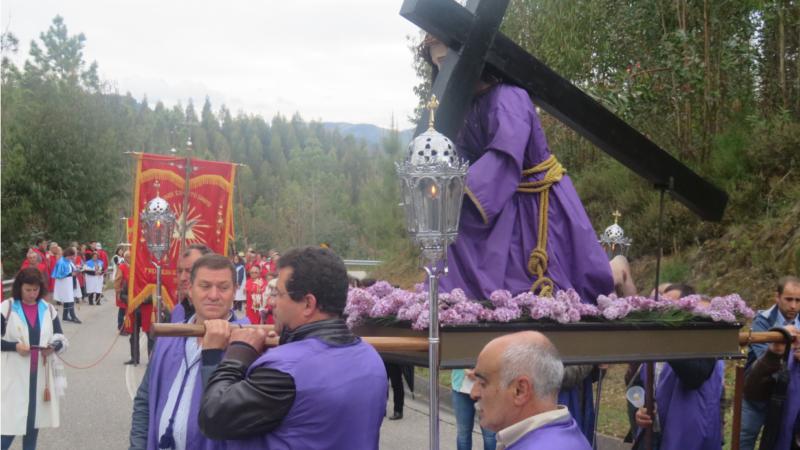"""Via-Sacra """"Uma Vela a Jesus"""" com centenas de peregrinos"""